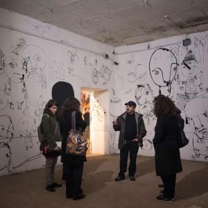 Carlo Gori durante la visita guidata del sabato nella stanza dell'opera di Danilo Bucchi, Il paese dei balocchi - Foto di Giuliano Ottaviani