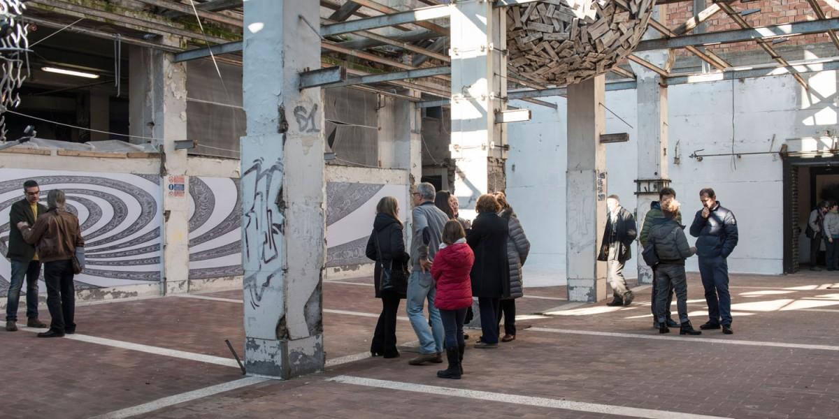 Cortile interno. Visitatori sotto la L.U.N.A. di Massimo De Giovanni - Foto di Giuliano Ottaviani