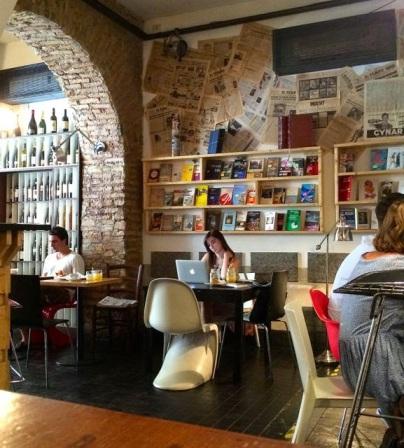 BAYLON 3stelle! Via di S. Francesco a Ripa 152 (fermata Piazza Mastai). Breakfast (dalle 6:30 alle 12:30), brunch (dalle 9 alle 16) happy hour/aperitivo (dalle 18 alle 21:15), dinner (dalle 18 alle 00:30), cocktail bar (dalle 17 alle 2). Osteria, caffetteria, show room, pasticceria, free wifi, gastronomia, live music, enoteca, store libreria e chi ne ha più ne metta. Il Baylon la mattina si presenta con una decina di vassoi di paste calde, morbide e fragranti per la colazione. E basterebbe questo per entrare e sedersi. In più la musica è godibilissima, l'ambiente internazionale e i tavoli fuori fatti con ante di armadi. Bellissimo. I prezzi vanno dal caffè al tavolo 2 euro. www.bayloncafe.net