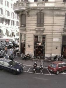 NEW AGE CAFE' 2stelle! via Nizza 23-25. Pub, caffè con aperitivo. Tavoli fuori tutto l'anno, non male anche la balconata all'interno del locale. I prezzi vanno dal caffè al tavolo 1,80.
