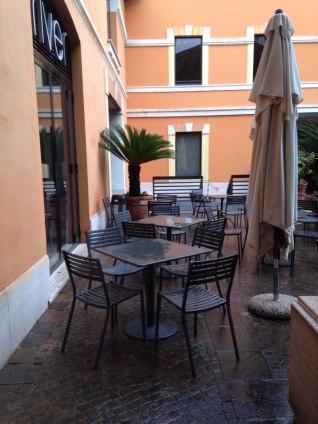RIVER 2stelle! via Mantova 1. Caffè e wine bar con un superbuffet a pranzo. La connessione non è al top, ma almeno ha i tavoli fuori tutto l'anno.