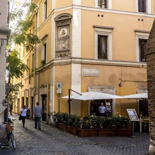 """SCIAPO' 3stelle! """"Street and restaurant"""". Via dei Genovesi 1. Tavoli all'aperto. Angolo di Roma fantastico. Cappuccino freddo buonissimo. I prezzi vanno dal caffè al tavolo… raro! 90 centesimi www.sciapogourmet.it"""