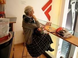 """LAFELTRINELLI ARGENTINA 3 stelle! Largo di Torre Argentina 5. La classica caffetteria Feltrinelli che ha sempre un che di suggestivo, immersi come si sta tra libri, lettori, fotografie e citazioni sul muro. Quella di Torre Argentina è sul soppalco vetrato, bello il sole che entra la mattina. Wifi Feltrinelli con il Naviga da cliccare sul sito un po' fastidiosa (necessita continui """"refresh""""). I prezzi vanno dal caffè (da prendere al banco e portarsi) al tavolo 1 euro"""