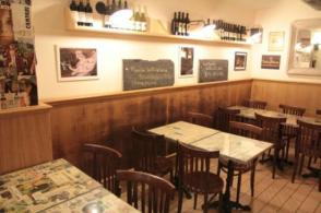 """I MONTICIANI 2 stelle! via Panisperna 82 (via Cavour). Baretto nel cuore di Roma, gestito da """"monticiani argentini"""" molto simpatici. Semplice, atmosfera tranquilla e si mangia pure cucina mista Roma/Buenos Aires (dicono su Tripadvisor) buona e a prezzi ragionevoli. Aperto dalle 7 alle 23. I prezzi vanno dal caffè al tavolo 1,50"""