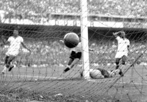 Uruguay-Brasile 2-1, Ghiggia sigla la rete della vittoria