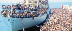La nave Vlora sbarca a Bari