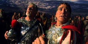 """Un """"intenso"""" Clooney sotto la croce di Gesù Cristo in Ave, Cesare!"""