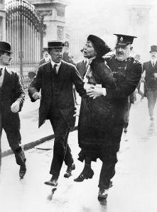 Emmeline Pankhurst arrestata davanti a Buckingham Palace mente tenta di portare una petizione al re Giorgio V, maggio 1914 da wikipedia.it