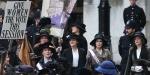 Scena del Film Suffragette in cui le attiviste davanti al palazzo del Re, attendono trepidanti e fiduciose il verdetto sulla loro richiesta del diritto di voto alle donne