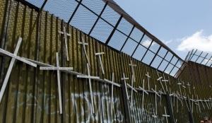 Croci dal lato messicano del muro fra San Diego e Tijuana, commemorazione dei morti nel tentativo di emigrare