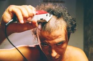 Batha si rasa i capelli prima del suo martirio nel film Making off