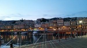 Vista di Genova arrampicata sui colli dal Porto Antico