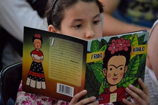 Bambina legge Frida Khalo della Colleccion Antiprincesas