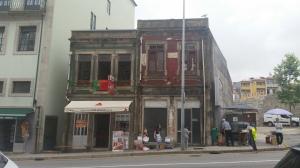Porto: inizia la festa di São João, bar e case aprono porte e finestre a musica, cibo e vino