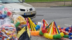 Porto: i martelli di plastica si vendono ovunque