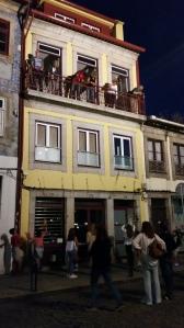 """Porto: persone dal balcone cercano di colpire con i (lunghissimi!) fiori d'aglio gli """"sventurati"""" di passaggio"""