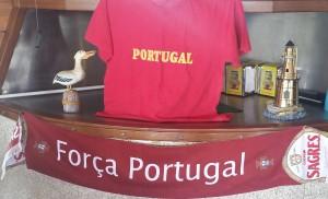 Forza Portogallo. Un altarino in un bar di Viana do Castelo