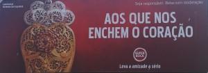 """Un cartello pubblicitario della birra SuperBock, sponsor degli Europei 2016 in Portogallo. Riporta l'immagine del cuore di Viana do Castelo che si accompagna a un detto (quem gosta vem, quem ama fica: a chi piace viene, a chi ama resta) e recita """"Quelli che ci riempiono il cuore. Prendi l'amicizia sul serio"""", uno dei grandi stereotipi dei portoghesi..."""