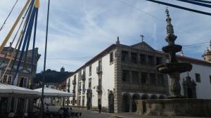 """Viana do Castelo. Ha una leggenda carina che riguarda il nome: la principessa Ana era innamorata di un uomo comune che ricambiava il suo amore (impossibile): tutte le volte che la vedeva affacciarsi gridava """"Vi a Ana do castelo!"""" (Ho visto Ana del castello) e così la città prese quel nome."""