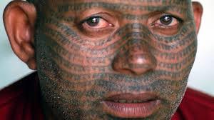 Il nome del dio Ram sul volto di un Ramnami indiano