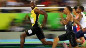Usain Bolt guarda beffardo i rivali distaccati