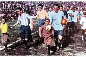 Uruguay e Argentina scendono in campo per la finale dei mondiali 1930