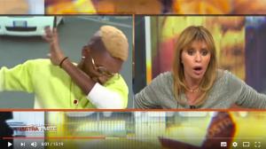 """Bello Figo fa la mossa """"dab"""" contro Alessandra Mussolini"""