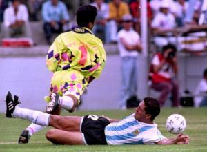Jorge Campos, portiere della nazionale messicana, salta l'avversario dell'Argentina in un'azione di gioco