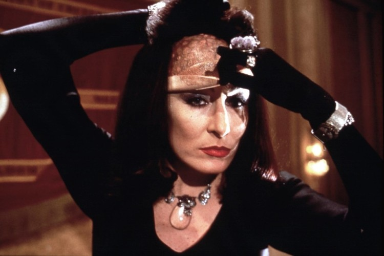 la Huston nel film The Witches