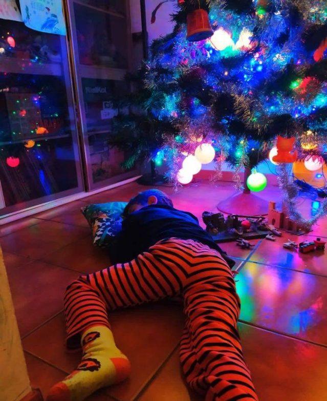 Natale a dormire sotto l'albero foto di Bbiaccio per StereoType Magazine