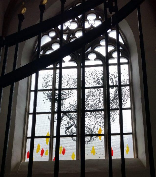 Il volto di Giovanni Paolo II sulla finestra della Cappella Nuova della chiesa di Santa Elisabetta (Breslavia febbraio 2016 - credits StereoType Mag)
