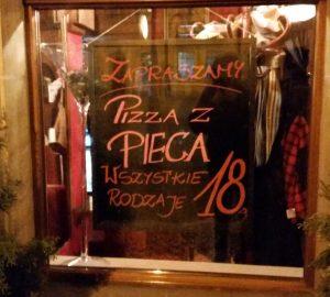 """""""Pizza z pieca"""" ovvero pizza al forno... """"tutti i tipi 18 złoty"""" che corrispondono a circa 4 euro (Breslavia, febbraio 2016 credits StereoType Mag)"""