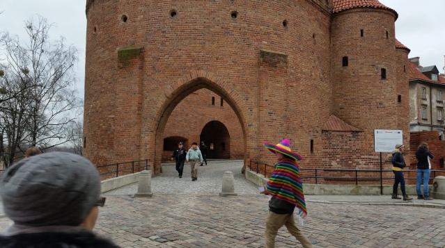 Le mura rosse del Barbacane di Varsavia (febbraio 2016 StereoType Mag)