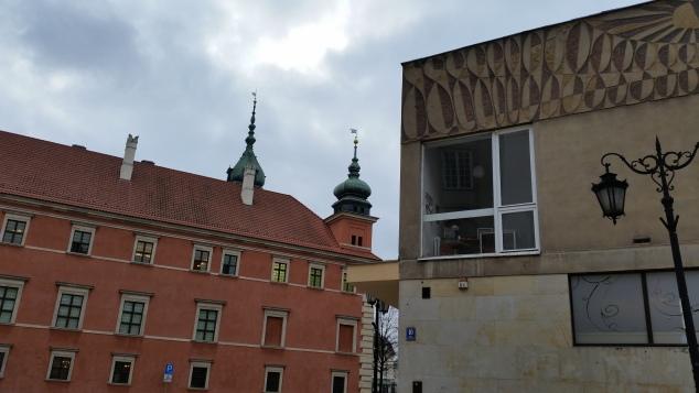 Scorci di Varsavia, tra antico e moderno, da plac Zamkowy verso il Castello Reale (febbraio 2016 - credits StereoType Mag)